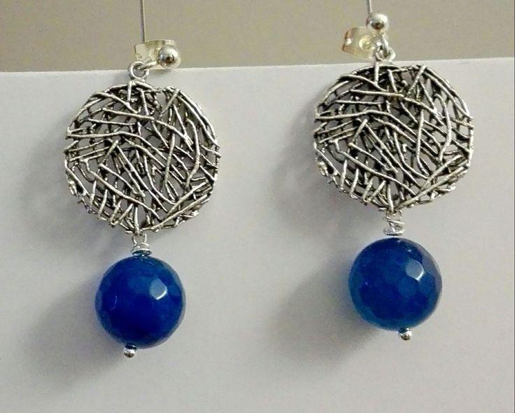 due semplici pietre blu e due elementi in metallo per creare un paio di orecchini particolari nella loro semplicità