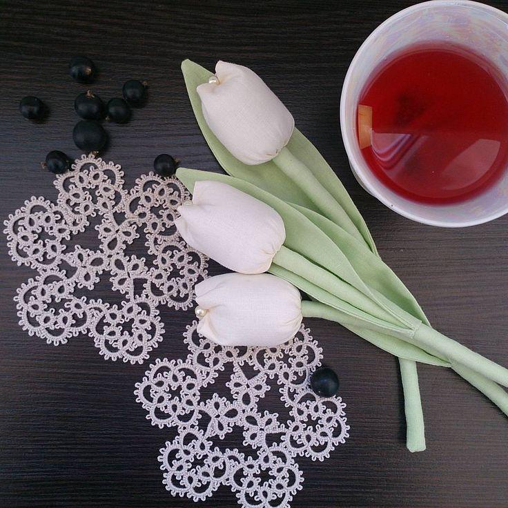 Все,  как должно быть)) пью #компот, делаю детям добрую маму)) #кружеворучнойработы #тюльпаны #псков #назаказ #tulips #flowers #tattinglace #interior #decor #фриволите #цветы #handmadeall #homesweethome #homemade #салфеткивмоде #инстамама
