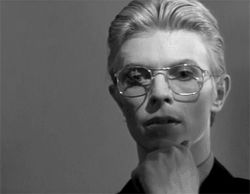 The-Man-Who-Fell-to-Earth-david-bowie-36950822-250-194.gif