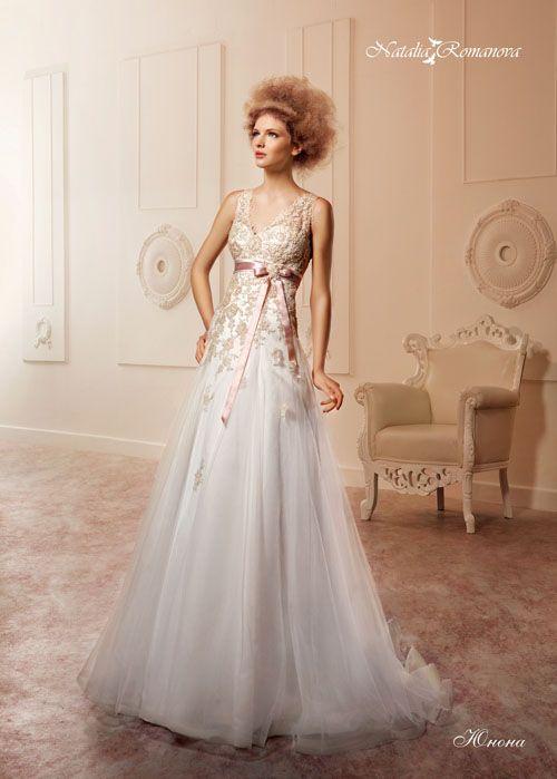 Свадебное платье «принцесса» с узким розовым поясом из атласа и цветной кружевной отделкой.