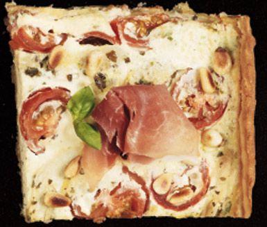 Ett utsökt recept på pajskal i långpanna med italiensk touch. Du gör den härliga pajen av bland annat smör, mjöl, ägg, mjölk, körsbärstomater, pinjenötter, kronärtskocka, ricotta, pesto och parmaskinka. Mums!