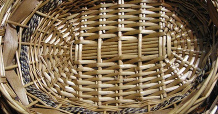 Como decorar usando cestas. Cestas são ótimas quando o assunto é decoração. Elas vêm em uma variedade de formas e tamanhos. Você pode encontrá-las em diferentes cores e materiais. Elas podem ser úteis ou somente bonitas. Você pode pendurar cestas, colocá-las na mesa ou sobre armários. Elas são fáceis de encontrar e, na maioria das vezes, são baratas. A melhor coisa em ...