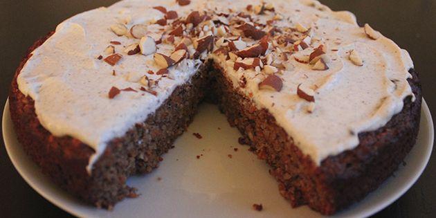 Her er kagen skåret og klar til servering.