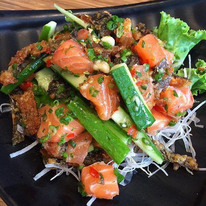 "ENJOY YOUR LIFE   repost ::: @pooklooktaay ::: "" Salmon tataki ""  : Sushi masa  : 220.-  : ยำแซลมอนรสแซบ ไดทานแซลมอนเปนชนกบนำยำสไตลคนไทย อรอยถกใจ เพมหนงปลากรอบเขาไปดวยเพมความฟนกำลงสองเลยคะ รสชาตถกใจมากๆ  #mmkdishes  #edtguide#chillfm89#salmon#tataki #paigingun #sweetlists #japanesefood #aroii #wongnai#cleanfood #泰国美食#美味 #thaifood #worldeatery #食品 #kinlag #lovemelovefood #eatoutbangkok #冰沙 #ppgallery #thailand #horjiea #aroihere #spicysalad #sushi #sushimasa #instafood#dessert by mmkdishes"