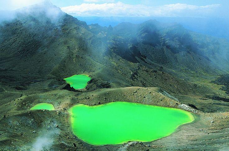 Nas terras de Mordor (parque nacional de Tongariro, Nova Zelândia) Uma caminhada de algo mais de 19 quilômetros por terreno vulcânico percorre o monte Tongariro, no parque nacional do mesmo nome situado na ilha Norte da Nova Zelândia. Uma das maiores atrações dessa excursão de um dia inteiro se encontra na passagem pelos lagos Esmeralda, na fotografia. Ruapehu (Mordor na trilogia de 'O Senhor dos Anéis'), Ngauruhoe e Tongariro são os três vulcões que formam uma espetacular paisagem telúrica.