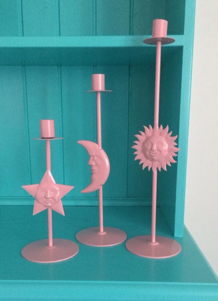 Ljusstakar i mörk metall som spraylackades rosa.