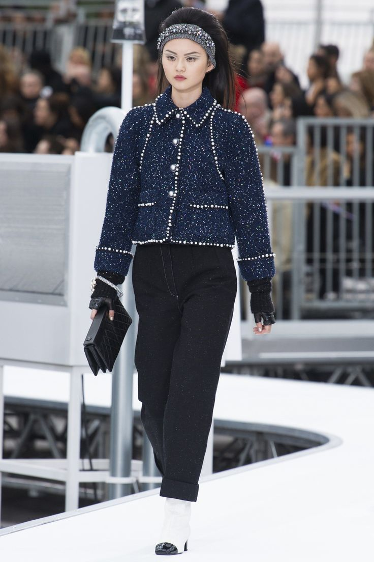 http://www.vogue.com/fashion-shows/fall-2017-ready-to-wear/chanel/slideshow/collection