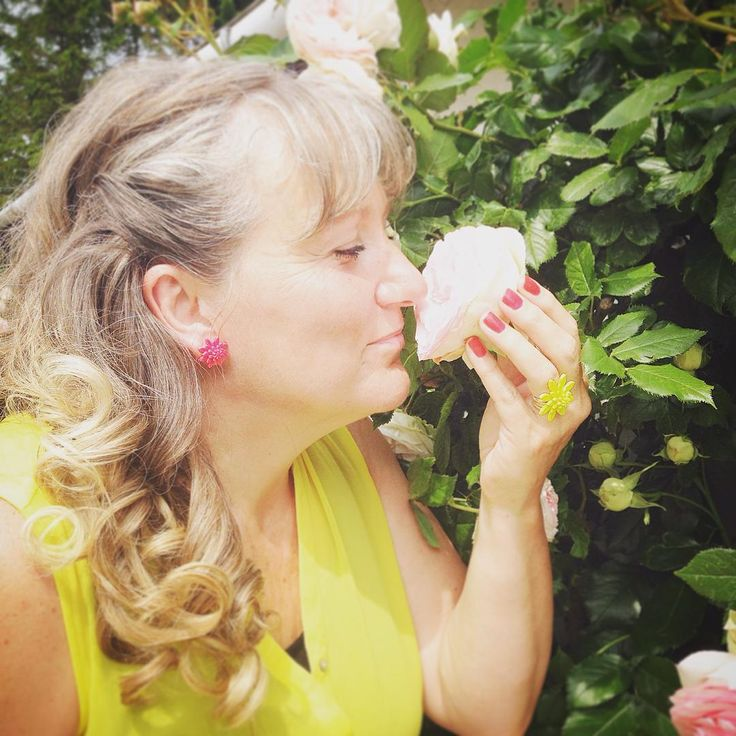 A #juju #plexiglassjewelry #lover from the countryside. #FUNFACT the color #pink is more #tranquilizing sport teams sometimes paint the locker rooms used by opposing teams bright pink so their opponents will loose energy! #vintageearrings #jujuflowers #juju #flowerfingerrings #sexy #summer #roses #ilovelife #ilovecolors #lovewins