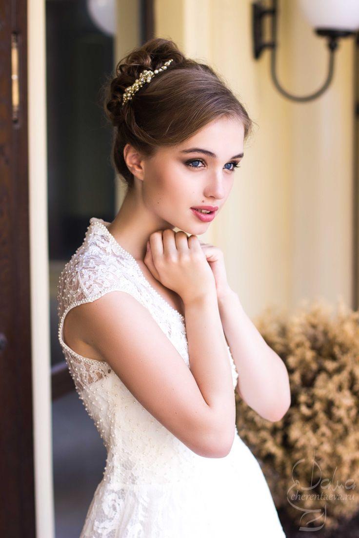 Милый и нежный образ современной Джульетты свадебный макияж для голубых глаз и высокий пучок wedding bride make-up and hair blue eyes modern Juliet июль 2015