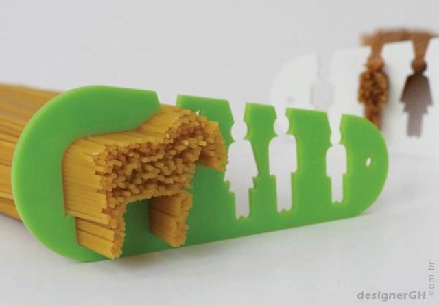 Uma ideia bem humorada do designer islandês Stefán Pétur Sólveigarso, um medidor de macarrão que calcula porções para criança, homem e mulher. Mas existe a opção para quem quiser comer como um cavalo. (o furinho deve ser para quem está de regime)