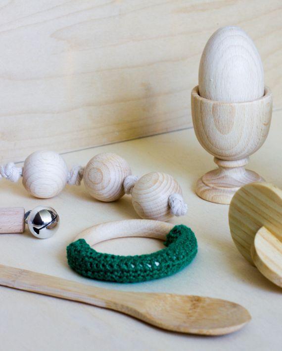 0+ años. El kit Montessori Nacimiento. Sonajero de cascabeles: a partir de los dos meses. Discos entrelazados: a partir de 2-3 meses cuando el bebe tiene todavía el reflejo de agarre. Bolas de agarre y rueda sonora: a partir de los 3 meses. Calcetines divertidos: a partir de los 4 meses o cuando el niño comienza a descubrirse y tocarse los pies.  Mordedor de crochet: a partir de  los 4 meses. Cuchara de madera: a partir de los 5 meses. Huevo y copa: a partir de los 8 meses.