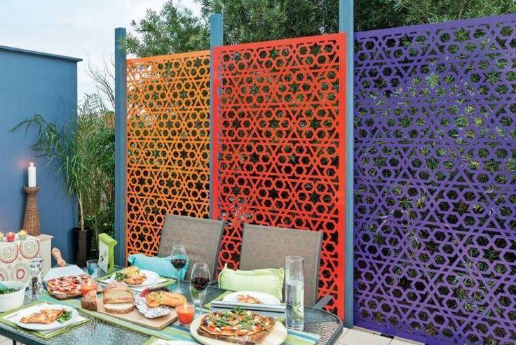 panneaux occultants métalliques peints en orange, rouge et violet