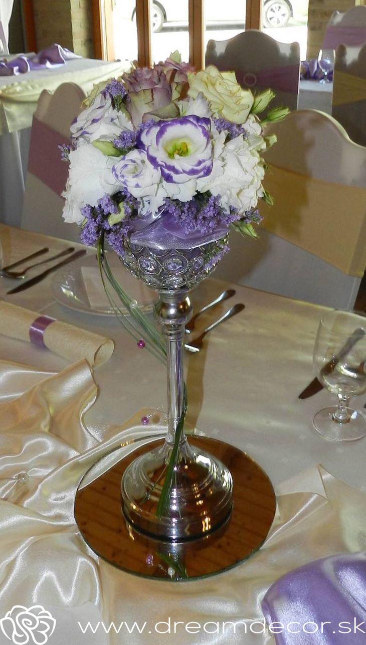 Kvetinová výdoba s fialovými farbami, krásny doplnok na každú príležitosť.