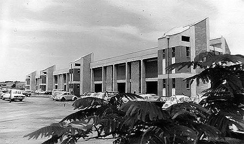 1969 É instalado o Instituto de Biologia (IB), que de imediato se destaca por suas pesquisas em genética, microbiologia e zoologia. É criada a Faculdade de Engenharia de Campinas (FEC), abrigando os departamentos de Engenharia Mecânica e Elétrica, acrescidos em 1975 do Departamento de Engenharia Química. Incorpora-se à Universidade a Faculdade de Engenharia de Limeira (FEL), a segunda unidade fora do campus de Campinas...