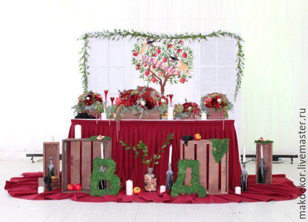 Оформление свадьбы в цвете марсала. Если вам нравиться насыщенный винный цвет, то все элементы декора представленные на фото у нас в аренду есть (деревянные ящики, двери с потертостями, дорожки на столы гостей, юбка на стол молодожен и др.)