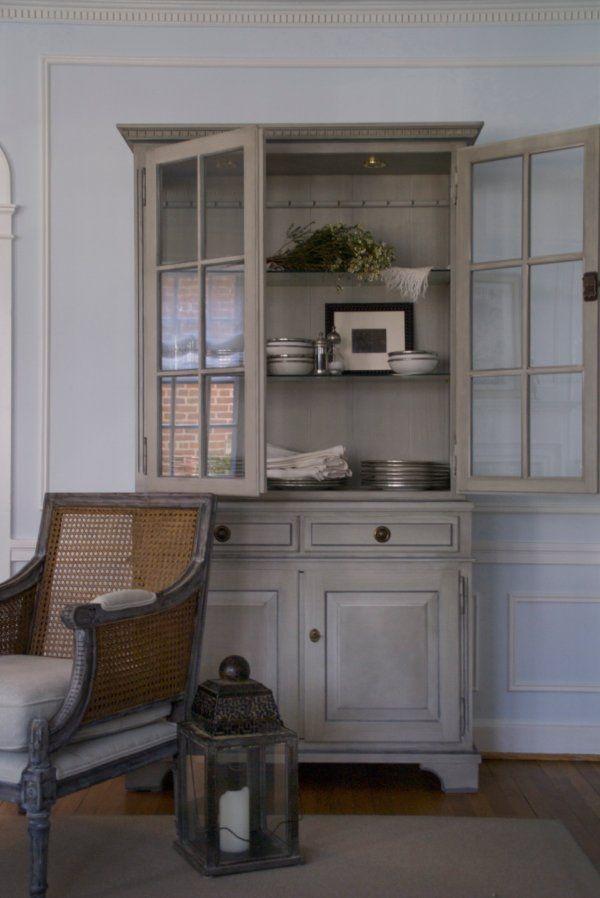 een grenen kast geschilderd met grijze krijtverf, mooi!