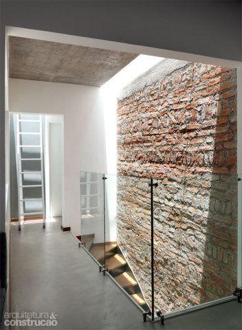 Sobre os banheiros e no alto da escada, claraboias deixam a luz entrar. Ao fundo, a escadinha leva ao solário.