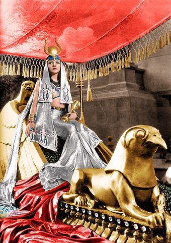 クローデット・コルベール クレオパトラ(Cleopatra) 1934年公開  クローデット・コルベール 1903年9月13日 -~1996年7月30日  クローデット・コルベールクローデット・コルベール銀幕スター彩色写真館 カラー化画像  クローデット・コルベールはフランスで生まれ、6歳の時に家族でニューヨーク市に引っ越して来ました。その為、仏語と英語を話すバイリンガルです。 高校卒業後1923年にブロードウェイで舞台デビューしますが、次第に映画出演が多くなります。1934年に『或る夜の出来事』でクラーク・ゲイブルと共演、コミカルな演技でアカデミー主演女優賞を受賞。以降コケティッシュな演技で人気を得、1936年には年収30万ドルを稼ぎアメリカで最も高収入の女優の一人となります。 クレオパトラ役は 1917年 セダ・バラ(サイレント)  1934年 クローデット・コルベール 1945年 ヴィヴィアン・リー 1954年 ソフィア・ローレン 1963年 エリザベス・テイラー