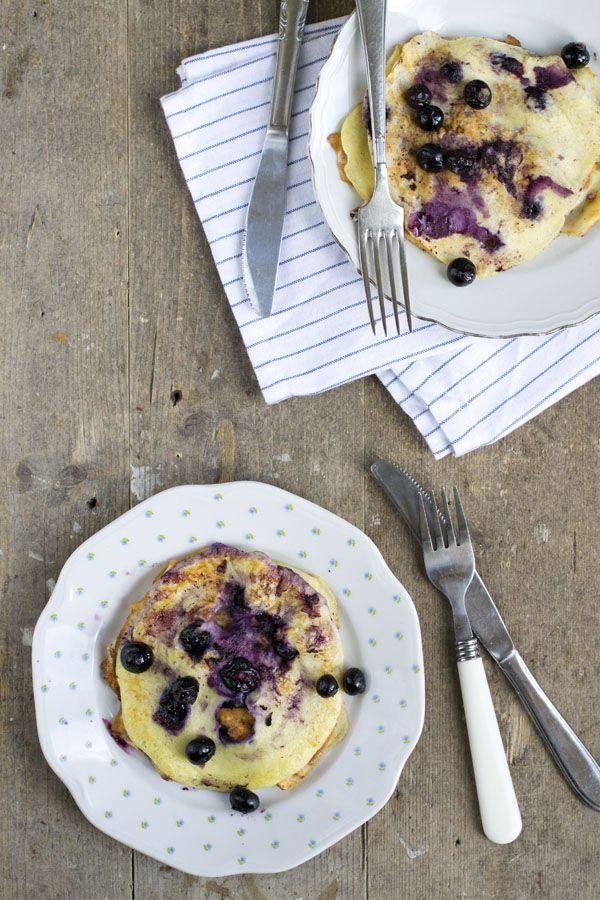 Vandaag is het Nationale pannenkoekendag. En daar maak ik als pancakelover gebruik van door een lekker pannenkoekenrecept met jullie te delen. Blueberry pancakes met yoghurt en citroen. Na de (mega populaire) blueberry muffins tijd voor iets anders lekkers met bosbessen of blauwe bessen. Pannenkoeken! Ik heb natuurlijk geen excuus nodig om een pannenkoekenrecept met jullie... LEES MEER...