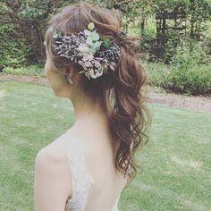 先週の花嫁様 ロケーション撮影前にはポニーテールに✨ 装飾のお花は、大好きな中目黒のファーバーさんがご用意してくれてます ・ #プレ花嫁 #ヘアアレンジ #ヘアメイク #ブライダル #ウェディングドレス #WD #CD