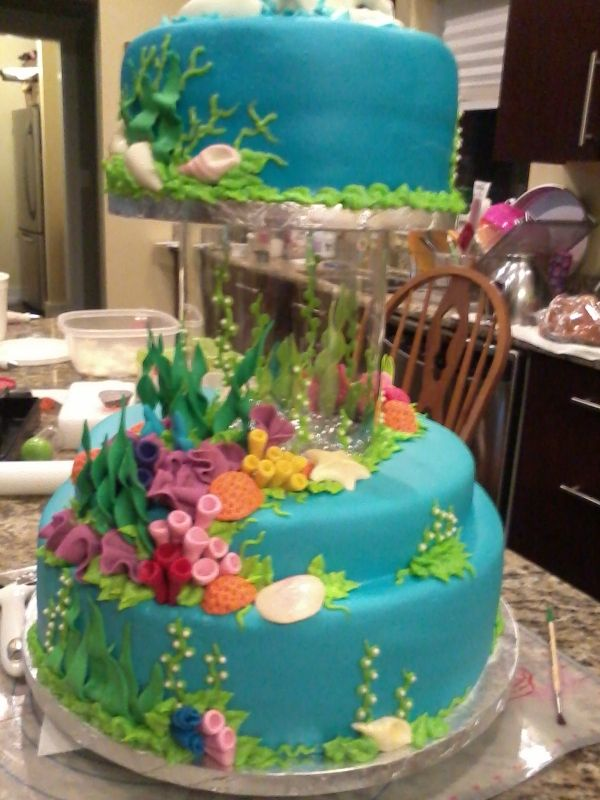 "coolest ""under the sea"" themed cake! Apparently that's a small fish tank under the top layer that you can actually fill with water & live fish Source: Danamopo"