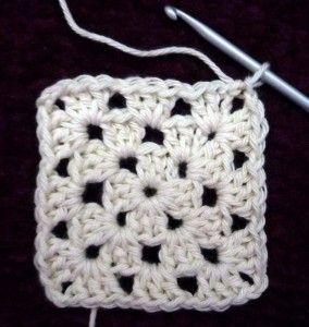 Granny squares zijn klassiekers onder de haakpatronen en heel leuk om te haken. De variaties zijn onuitputtelijk: van vierkant, rond, driehoekig, zeshoekig tot achthoekig. Alle mogelijke steken en kleurcombinaties kunnen aan bod komen. Het is de bedoeling dat ik in de loop van de tijd regelmatig granny's zal beschrijven. Ik  . . . → Read More: Granny square basispatroon