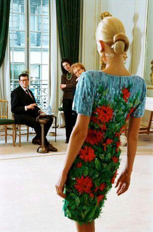 Yves Saint Laurent et Karen Mulder Avenue Marceau en janvier 1997. Haute couture été 1997. Photo Carlos Munoz Yagüe