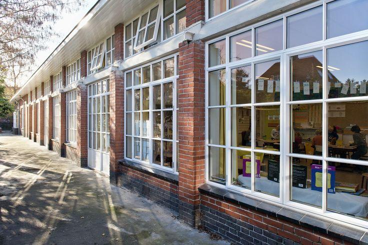 De originele stalen ramen zijn vervangen door ramen uit de Methermo Classiclijn van Metaglas. Deze ramen zijn voorzien van HR++ glas en een geïsoleerd aluminium profiel. Die zorgen voor optimale isolatie van de ramen.