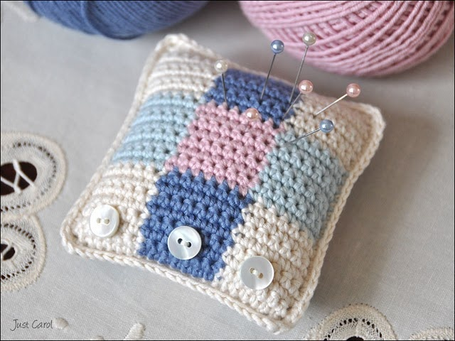 pincushion Tutorial http://www.hookedonneedles.com/2009/08/crocheted-pin-cushion-pattern-english.html ♡ Teresa Restegui http://www.pinterest.com/teretegui/ ♡