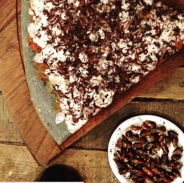 Pizza de chapulines en base de masa azul o hipster, como quieran.   17 Diferencias entre la comida normal y la comida hipster en México