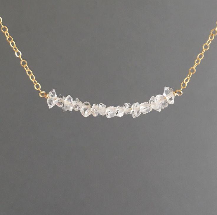 Double minuscules pointes ligne de quartz diamant Herkimer up dans une rangée et se bloque sur un 14 k or remplissage, remplissage or de 14 k rose ou chaîne en argent sterling. Pierres alignés mesure environ 1,5 pouces de longueur.  Vous pouvez choisir la longueur que vous voulez quand vous passez commande. Si vous voulez une taille inférieure à 16 pouces, faites le moi savoir quand vous passez commande.  Vous pouvez ajouter une chaîne dextension à votre collier en ajoutant cet article à…