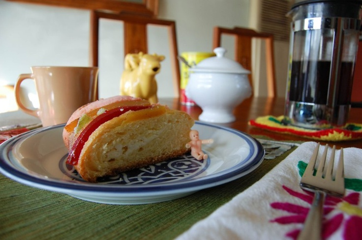 Rosca de Reyes stuffed with cream cheese