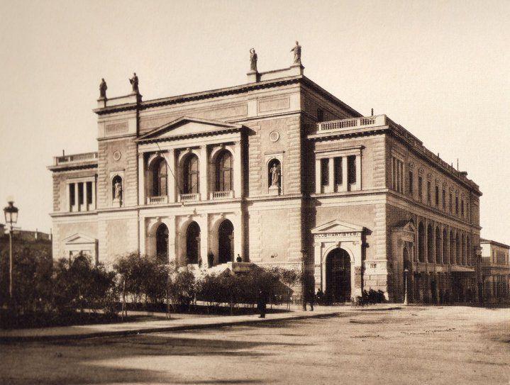 Πόσοι άραγε γνωρίζουν ότι υπήρχε ένα θέατρο-κόσμημα στην πρωτεύουσα, το Δημοτικό Θέατρο Αθηνών, στη θέση του παλαιού Δημαρχείου (πλατεία Κοτζιά). Σε διαδοχικά σχέδια των Μπουλανζέ (1857) και Τσίλερ (1873) λειτούργησε από το 1888 έως το 1939 και πέρασε διάφορες φάσεις ταλαιπωρίας στο μισό αιώνα ζωής του. Το θέατρο αυτό είχε χωρητικότητα 1.500 θεατών και ήταν από τα καλύτερα και πολυτελέστερα της Ευρώπης, πραγματικά ένα αρχιτεκτονικό κόσμημα.