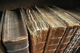 Risultati immagini per pila di libri