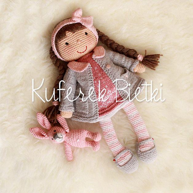 Dominika und rosa Hase, Gehäkelte Puppe