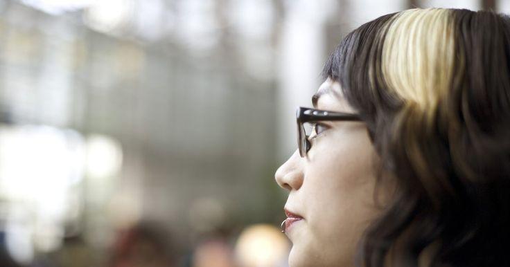 Como fazer mechas largas de luzes com uma touca. As toucas de luzes são ideais para clarear o cabelo em casa, visto que ajudam a pessoa a alcançar o visual uniforme e equilibrado de luzes em toda a cabeça e em torno do rosto, dependendo do visual desejado. A touca pode ser usada para adquirir reflexos suaves ou mechas de luzes mais largas. Para obter esse último visual, use cuidadosamente os ...