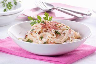 Notre version de cette recette italienne traditionnelle est parfaite pour un repas rapide. Il suffit de mélanger l'ail, le bacon, le persil, le parmesan et les spaghettis pour obtenir ce plat savoureux en quelques minutes seulement! Qui aurait pensé que le spaghetti carbonara pouvait être aussi simple à préparer?