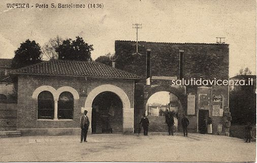 """SalutiDaVicenza.it - Google+  Porta San Bortolo in una cartolina """"viaggiata"""" nel 1917. E' visibile l'edificio adibito a dazio e di fronte ad esso la pesa pubblica. Scomparso l'edificio, la Porta oggi funge da (discutibile) perno ad una rotatoria per il traffico. Link: http://bit.ly/1Lvn2JB"""