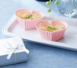 【シャンパンピーチゼリー】シャンパンの香りとシュワシュワの炭酸が口のなかではじけます。簡単なのに華やかな味わいが楽しめる、上品な大人のデザートです。  http://lecreuset.jp/community/recipe/champagne-peachjelly/