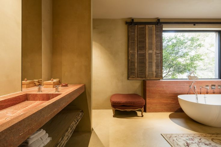 In deze Zuiderse badkamer is er gekozen voor het sprekende Persian Red #marmer. Een ontwerp van Espace Neuf. #badkamer #badkamermeubel #wastafel #potierstone #bathroom #marble