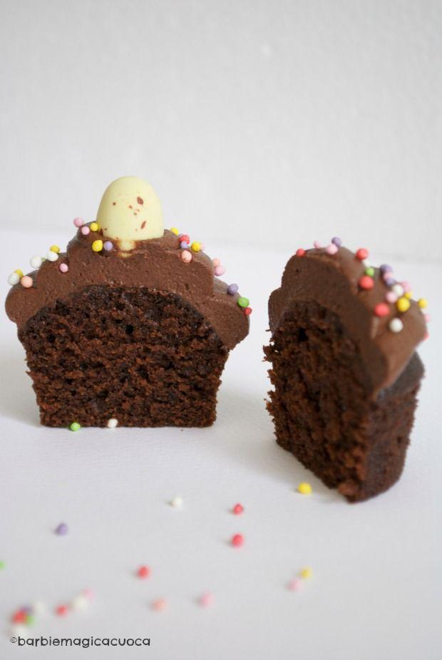 cupcake al cioccolato con yogurt greco morbidi, umidi e cioccolatosi, decorati con ovette di Pasqua