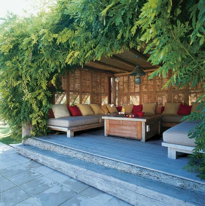 Terrasse tout en bois et verdoyante