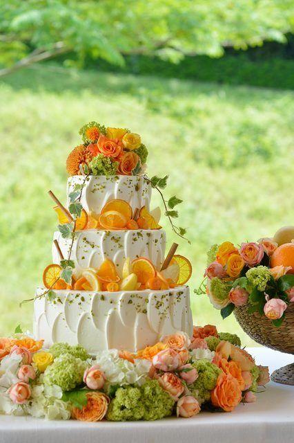 HIROSHIMA MONOLITH-広島モノリス- 結婚式場写真「さわやかなパーティを演出してくれるウエディングケーキ。オレンジやレモンなどフレッシュなフルーツをふんだんに使用しました。「ブーケ」をイメージしたケーキなので華やかにパーティを彩ってくれるはず。」 【みんなのウェディング】