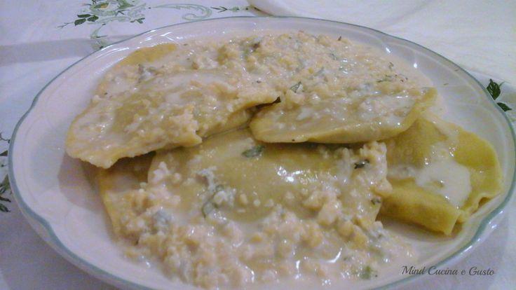 Ravioli ripieni di radicchio ricotta crema di gorgonzola e mandorle un'esplosione di gusto isolito e goloso. Strepitosi!!!