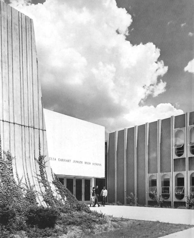 Vista de la entrada, Escuela Secundaria Amelia Earhart (más tarde Escuela Intermedia Amelia Earhart de Tecnología), 1000 Scotten Street, Detroit, Michigan, EE.UU. 1963 (destruido)  Arqs. Philip J Meathe & William H Kessler  Foto. Balthazar Korab -   View of the entrance, Amelia Earhart Junior High School (later Amelia Earhart Middle School of Technology), 1000 Scotten Street, Detroit, Michigan, USA 1963 (destroyed)