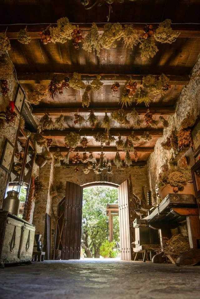 Amazing entrance   in a traditionnal Cretan house, ecotourism in Crete   http://www.enagron.gr/