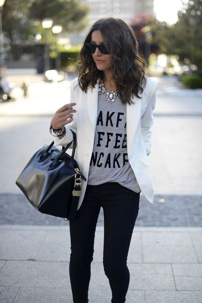 O blazer branco é uma peça indispensável para deixar qualquer look simples mais sofisticado. Com saia rodada, calça jeans boyfriend... Vem ver mais ideias!