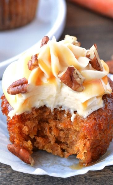 CARAMEL PECAN CARROT CUPCAKES with Cheesecake Buttercream Frosting, drizzled with Caramel, sprinkled with Pecans. Click through for recipe!