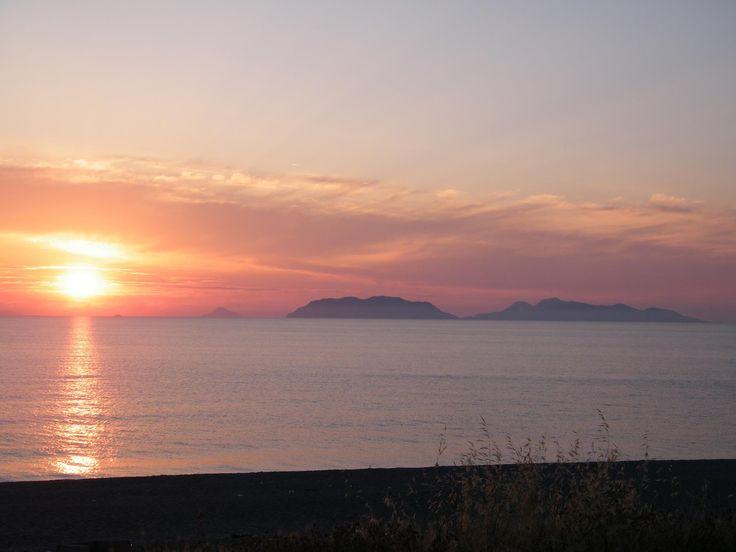 tramonti così non si vedono tutti i giorni.. a Milazzo si... #travel #sunset #experiences #magic