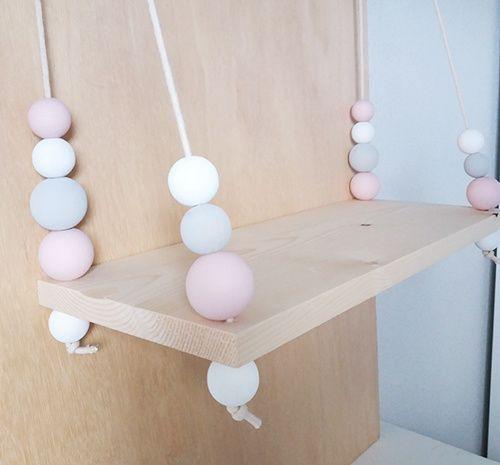 Super mooi schommel wandplankje voor in de babykamer of kinderkamer. Met licht roze, grijze en witte kralen. Gemaakt met fsc vurenhout, beukenhouten kralen en touw. #duurzaam #hout #babykamer #kinderkamer #kinderkamerstyling